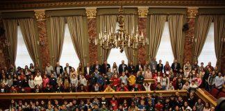 Train-de-la-démocratie-photo-avec-tous-les-jeunes-au-parlement