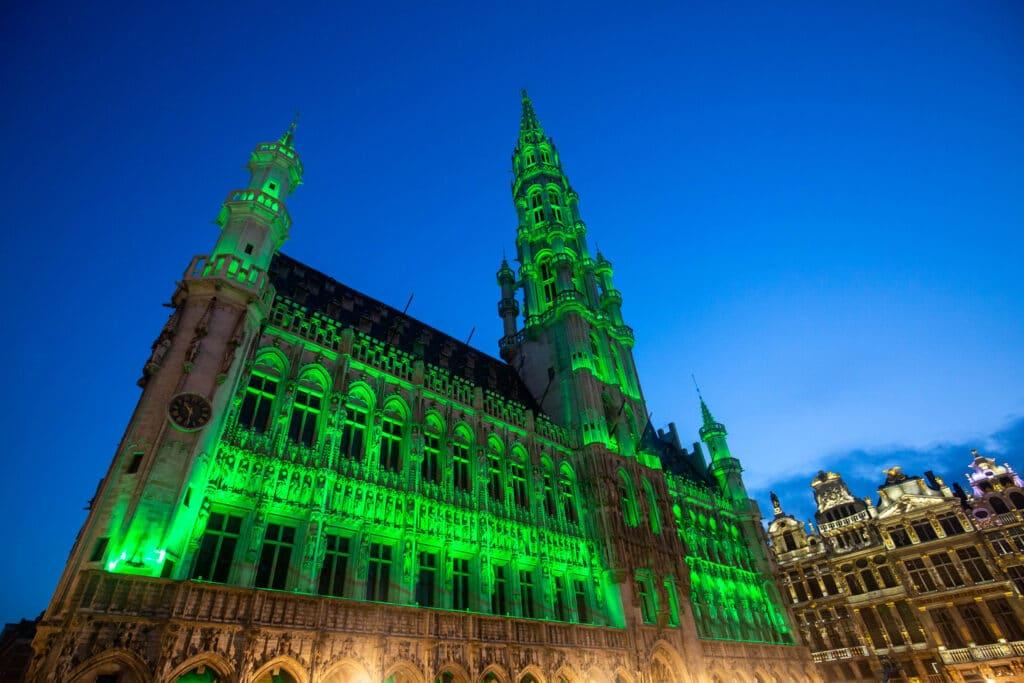 Hôtel de ville de Bruxelles illuminé en vert