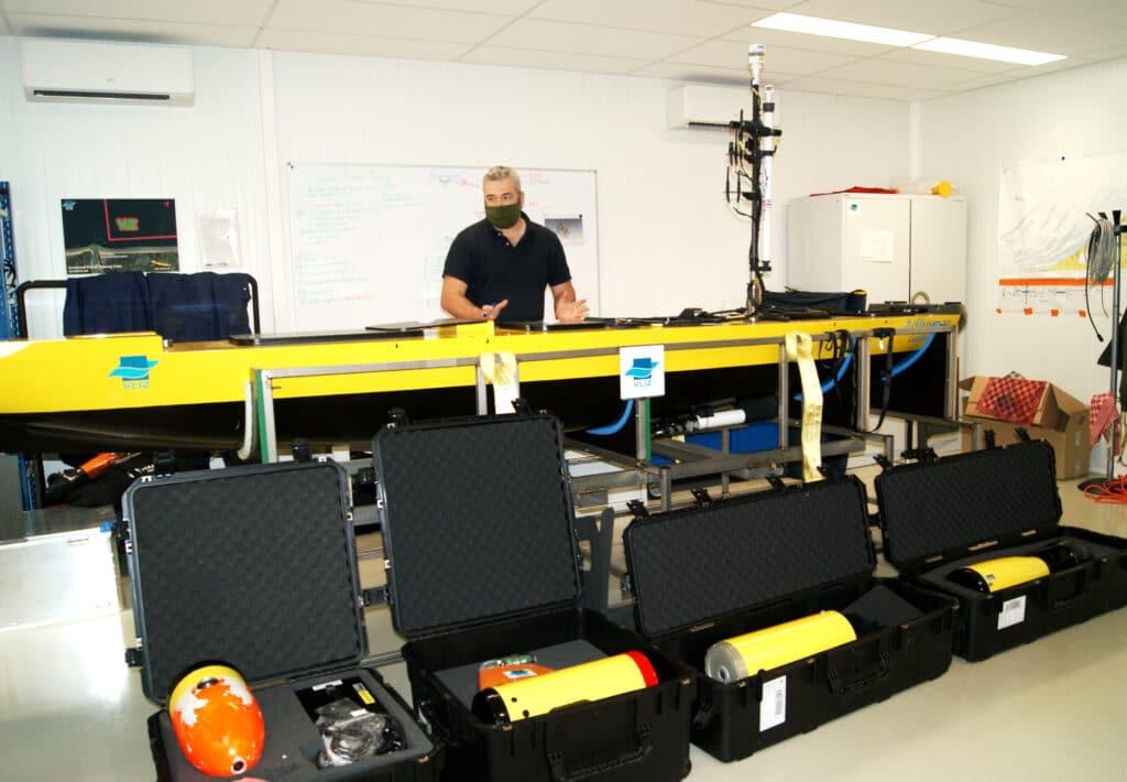 Fred Fourie, ingénieur du VLIZ, avec des robots de recherche.