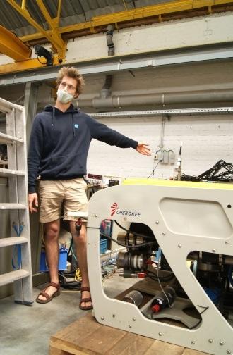 Roeland Develter, ingénieur du VLIZ, avec l'un des robots sous-marins.