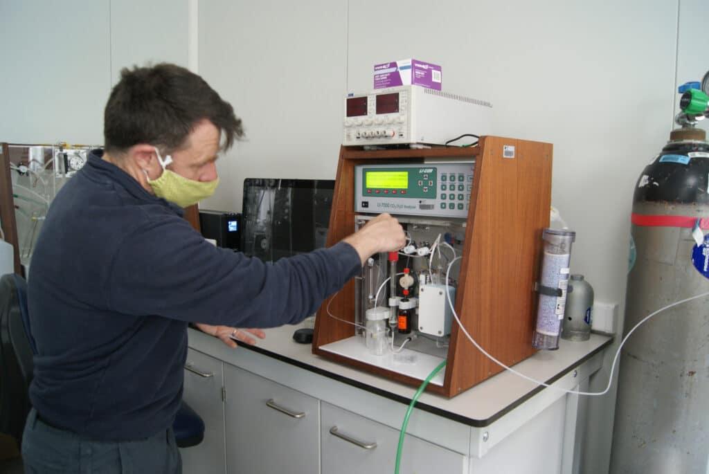 Le chercheur Thanos Gritzkalis du VLIZ montre comment les échantillons de carbone sont analysés.